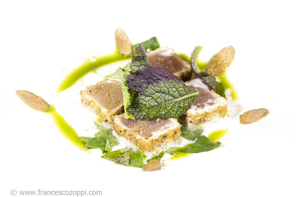 Alalunga fritto poco cotto, panure al pistacchio, mandorle, senape e cucunci